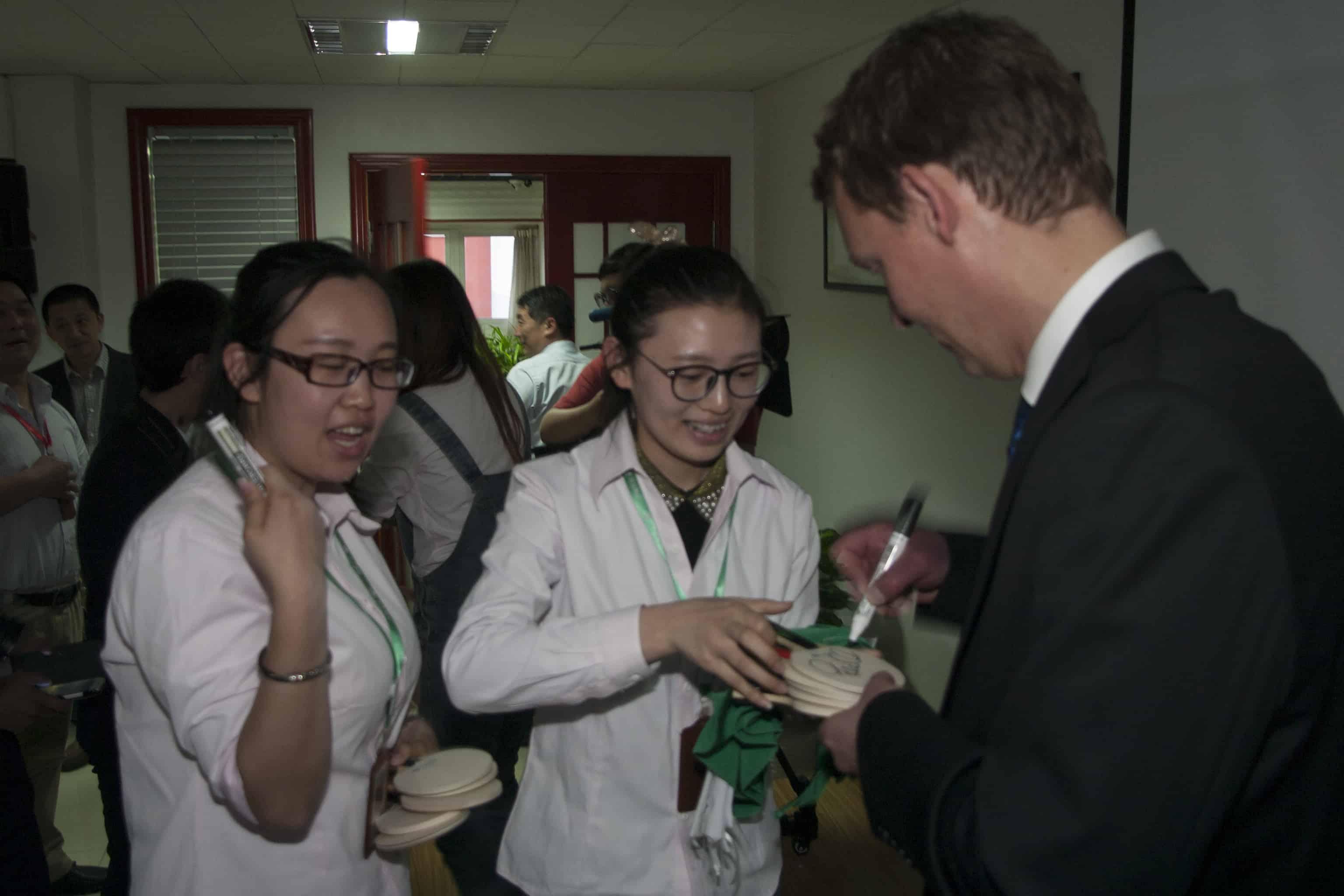 Peter Karlsson den femfaldige pingsvärldsmästaren besöker Kina med SCCC